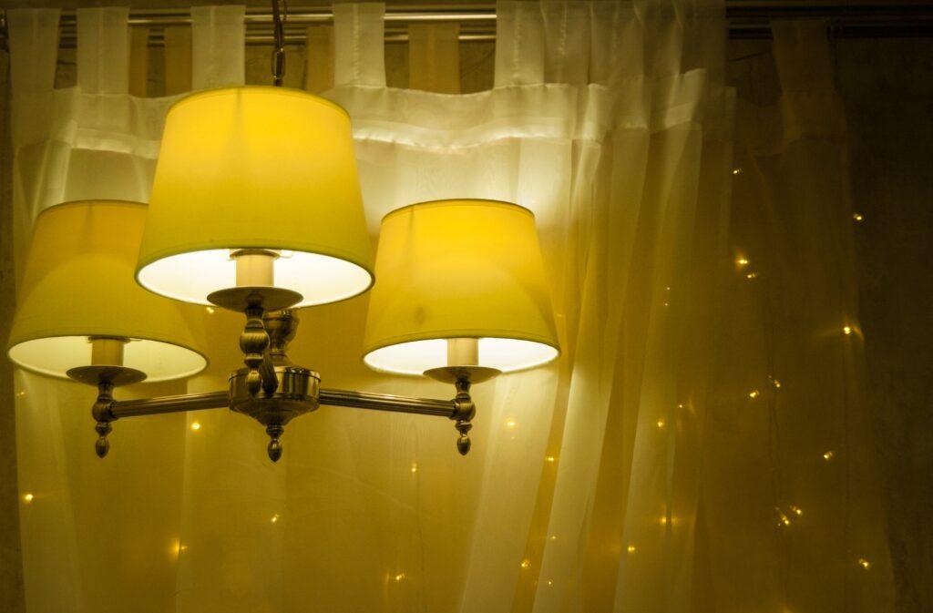 Żółty żyrandol do salonu